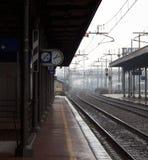Esperando o trem em uma estação Fotografia de Stock