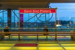Esperando o trem, estação de caminhos de ferro do senhor, Bélgica foto de stock