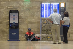 Esperando o voo no aeroporto Imagens de Stock