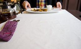 Esperando um jantar francês com um homem Fotos de Stock Royalty Free