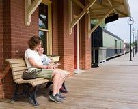 Esperando um trem Imagem de Stock Royalty Free