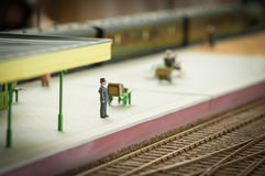 Esperando um trem Foto de Stock Royalty Free
