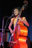 Esperanza Spalding exécute de concert photo libre de droits