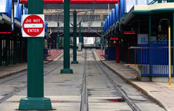 Esperar el tren Foto de archivo