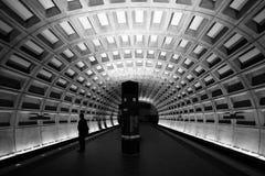 Esperar el tren Imágenes de archivo libres de regalías