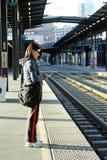 Esperar el tren Imagen de archivo libre de regalías