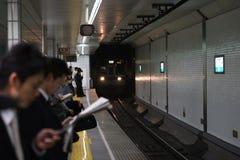 Esperar el tren es el tiempo Imagen de archivo