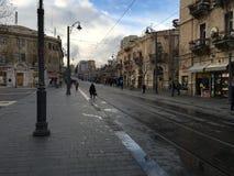 Esperar la tranvía en Jerusalén Imagen de archivo libre de regalías