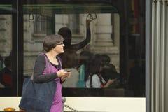 Esperar la tranvía, Milano Fotos de archivo