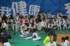 Esperar a los jugadores participantes en las líneas laterales en SHENZHEN Imágenes de archivo libres de regalías