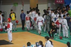 Esperar a los jugadores participantes en las líneas laterales en SHENZHEN Imagenes de archivo