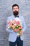Esperar a su novia Hombre romántico con las flores Regalo romántico Machista que consigue la fecha romántica lista Tulipanes para imagen de archivo libre de regalías