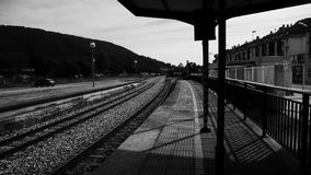 Esperar un tren imagen de archivo
