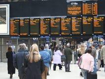 Esperar un tren Imagenes de archivo