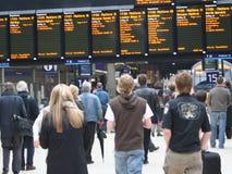 Esperar un tren Foto de archivo libre de regalías