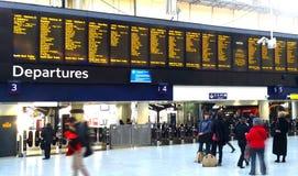 Esperar un tren en la estación Foto de archivo libre de regalías