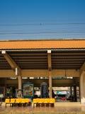 Esperar un tren en trainstation Imagen de archivo libre de regalías
