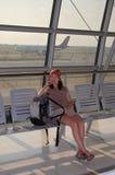 Esperar un vuelo Foto de archivo libre de regalías
