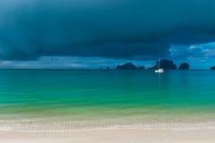 Esperar una ducha Yate blanco en el mar con las velas abajo Imagen de archivo libre de regalías