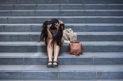 Esperate biznesowa kobieta płacze samotnego obsiadanie na ulicznym schody cierpienia stresie i depresja kryzys jest ofiarą oblega zdjęcie stock