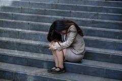 Esperate bizneswoman płacze samotnego obsiadanie na ulicznym schody cierpienia stresie i depresja kryzys jest ofiarą oblegać lub zdjęcie royalty free
