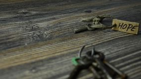 Espere a chave velha Chave velha do conceito da porta da esperança video estoque