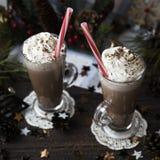 Espere el cacao de consumición de la Navidad con crema azotada Imagen de archivo