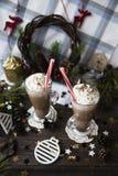 Espere el cacao de consumición de la Navidad con crema azotada Fotos de archivo libres de regalías