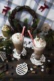 Espere el cacao de consumición de la Navidad con crema azotada Imagenes de archivo