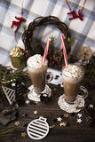 Espere el cacao de consumición de la Navidad con crema azotada Foto de archivo