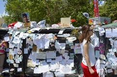 Espere la petición de los manifestantes que él escribió los papeles Fotos de archivo