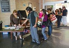 Espere na linha em um dia de votação presidencial de 2008 E.U. Foto de Stock Royalty Free