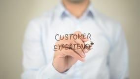 Esperienza del cliente, scrittura dell'uomo sullo schermo trasparente immagine stock