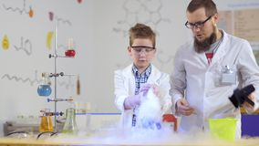Esperimenti del laboratorio con ghiaccio secco video d archivio