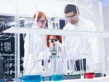 Esperimenti del laboratorio di chimica Immagine Stock