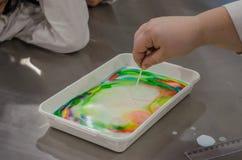 Esperimenti di comportamento dei bambini con i colori Fotografie Stock