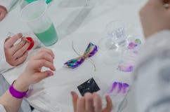 Esperimenti di comportamento dei bambini con i colori Fotografie Stock Libere da Diritti
