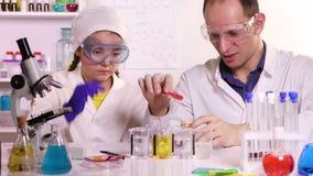 Esperimenti di conduzione dell'insegnante di chimica con i reagenti chimici archivi video