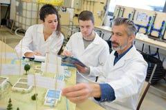 Esperimenti nel laboratorio di chimica Immagine Stock Libera da Diritti