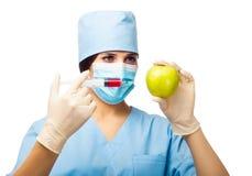 Esperimento chimico con la mela e la siringa Fotografie Stock Libere da Diritti