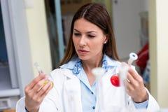 Esperimento d'avanzamento dello scienziato della donna nel laboratorio di ricerca Immagine Stock