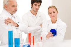 Esperimento di chimica - scienziati in laboratorio Fotografia Stock Libera da Diritti