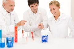 Esperimento di chimica - scienziati in laboratorio Fotografia Stock