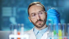 Esperimento di conduzione dell'innovazione dello scienziato maschio di microbiologia al fondo digitale futuristico del laboratori archivi video
