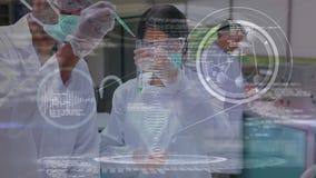 Esperimento di conduzione dello scienziato contro l'animazione scientifica di simboli e l'elica del DNA stock footage