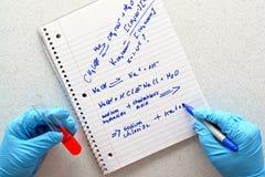 Esperimento nel laboratorio di ricerca di scienza fotografie stock
