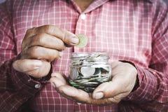 Esperti che tengono le monete Fotografie Stock Libere da Diritti