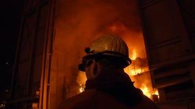 Esperto di metallurgia sul lavoro tramite gli impianti d'acciaio di furnance di scoppio, di ferro e video d archivio