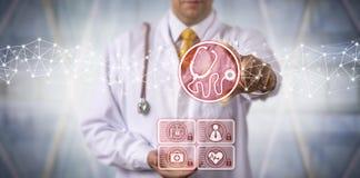 Esperto in diagnosi maschio che per mezzo dello stetoscopio virtuale App immagine stock libera da diritti