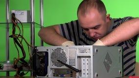 Esperto in elaborazione elettronica calvo che installa memoria di ram nel caso di desktop pc video d archivio